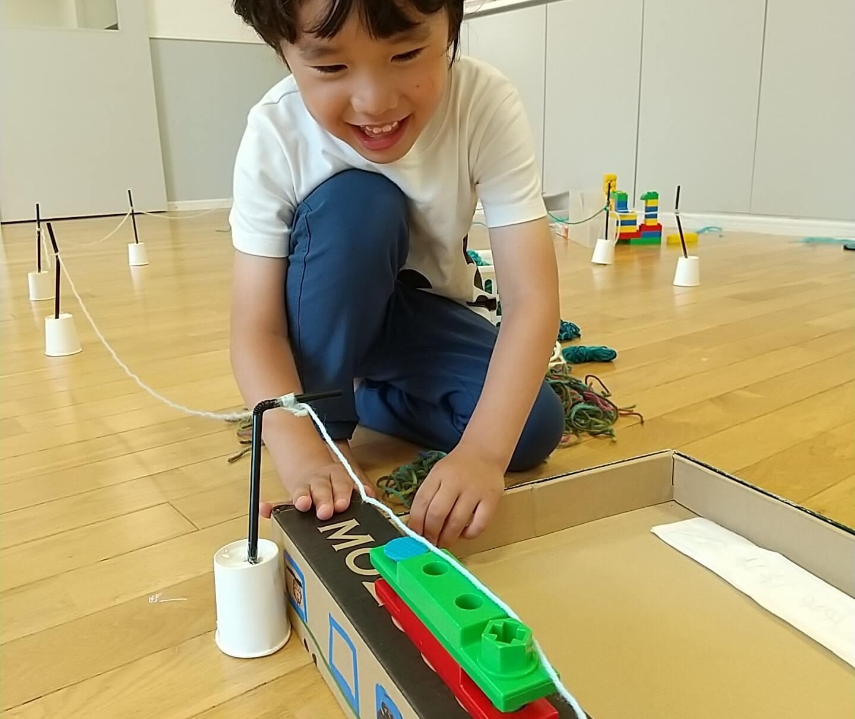 電車で遊ぶ子