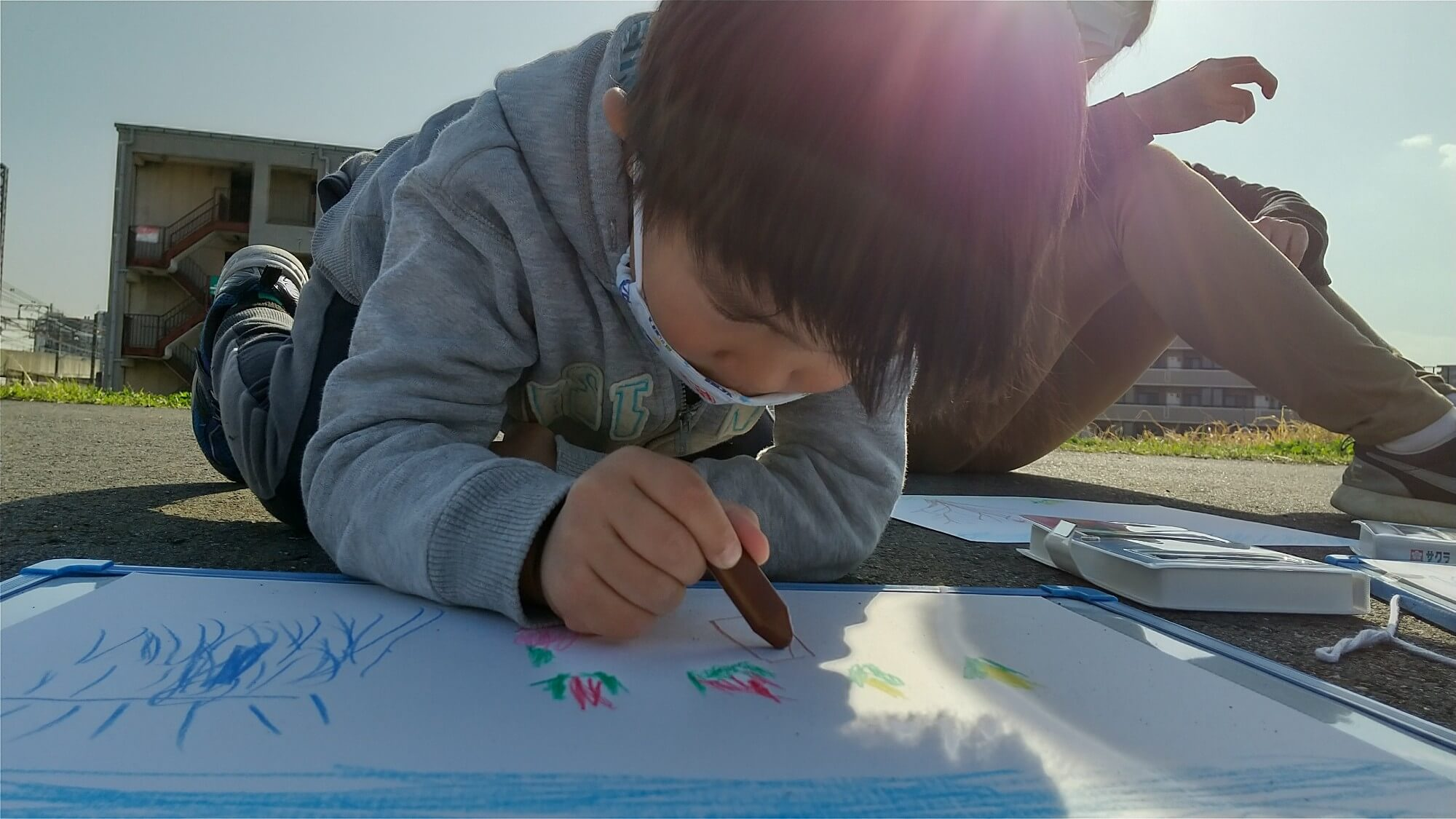 集中して絵を描く子ども