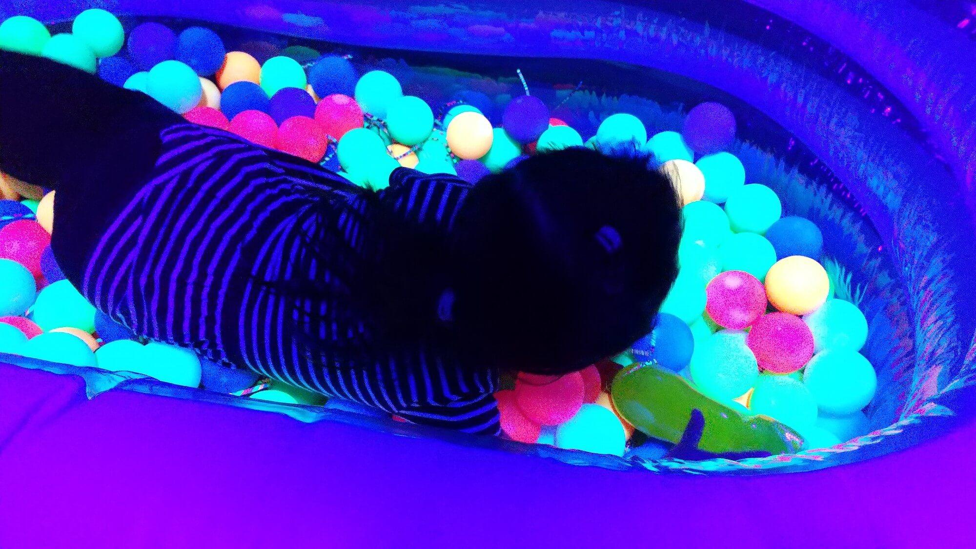 光るボールプール