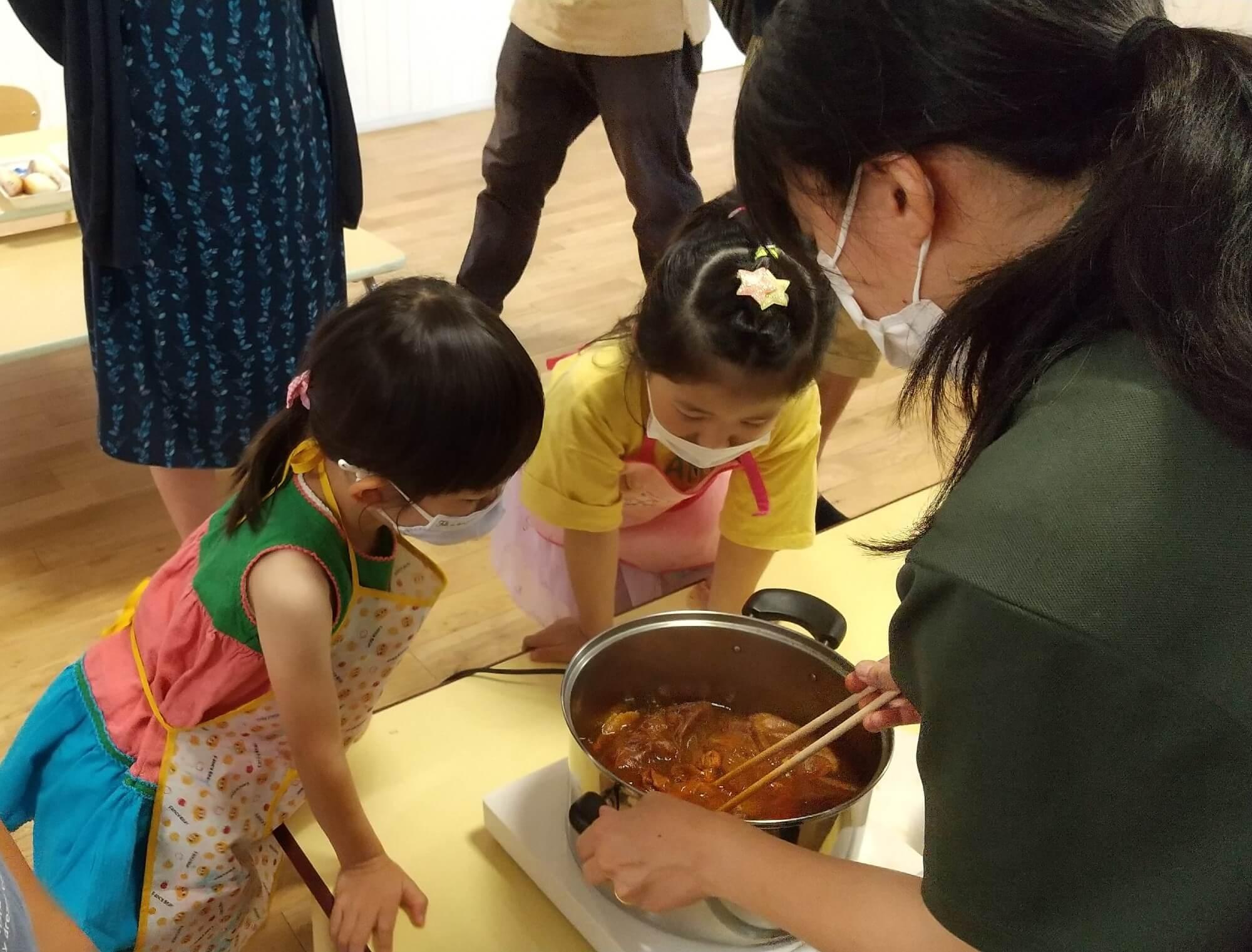 玉ねぎの皮を煮る作業