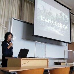 沖縄で講演する安永理事長