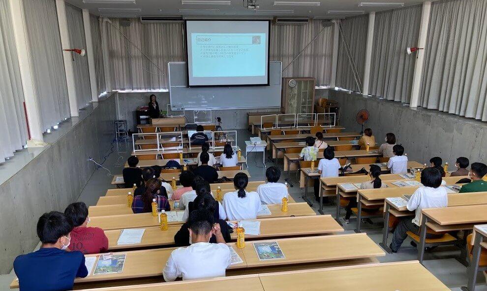 講演を聞く学生たち