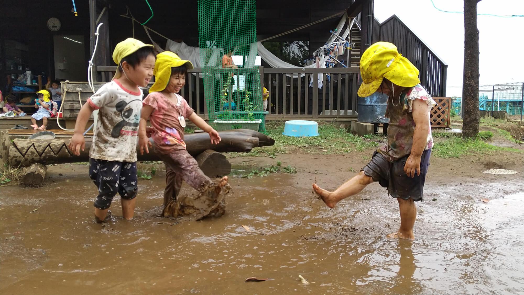 泥遊びを楽しむ子どもたち