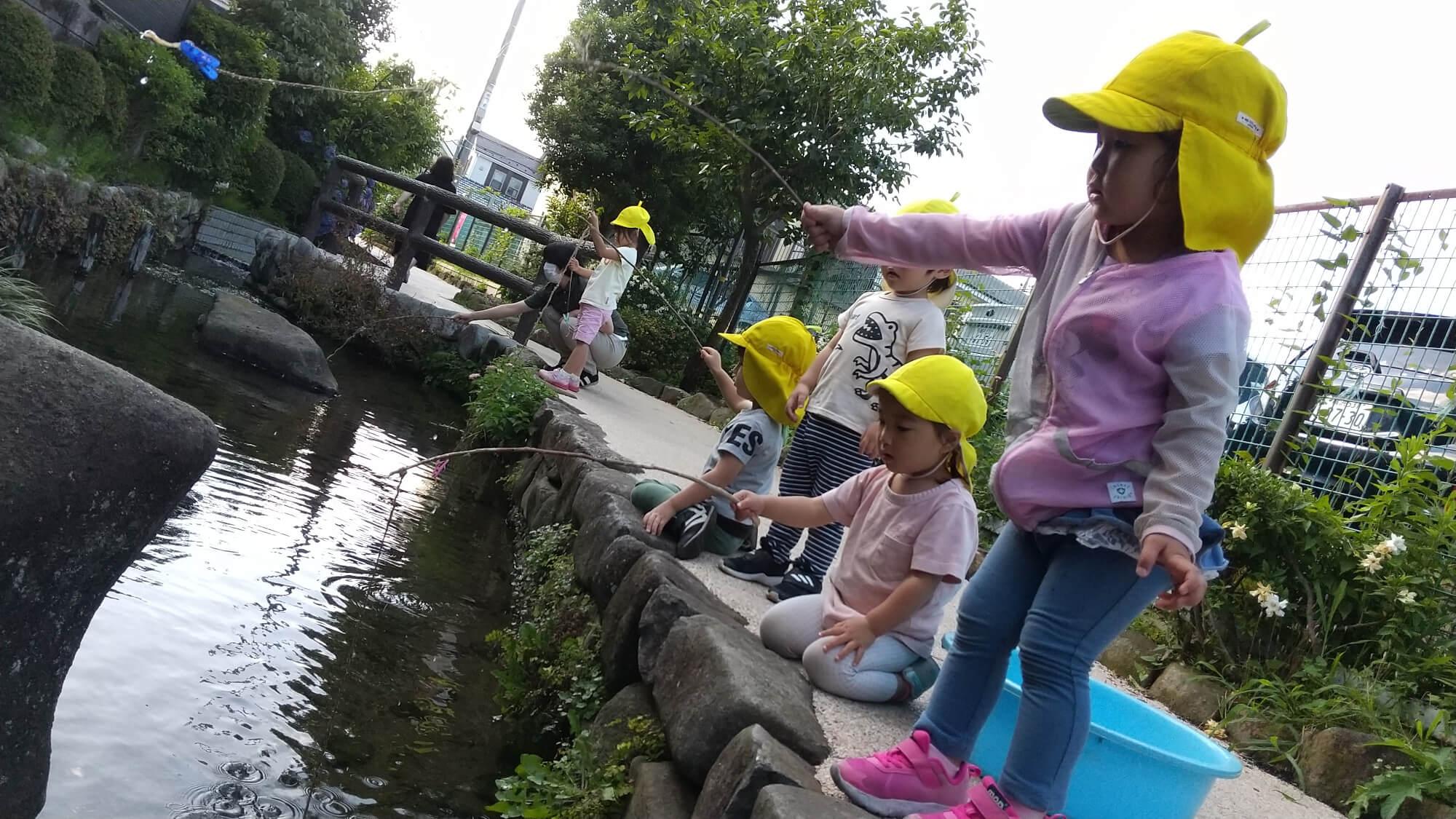 ザリガニ釣りを楽しむ子どもたち