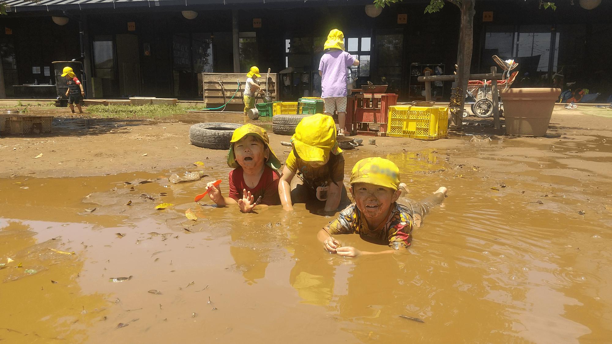 泥遊びに夢中になる子どもたち