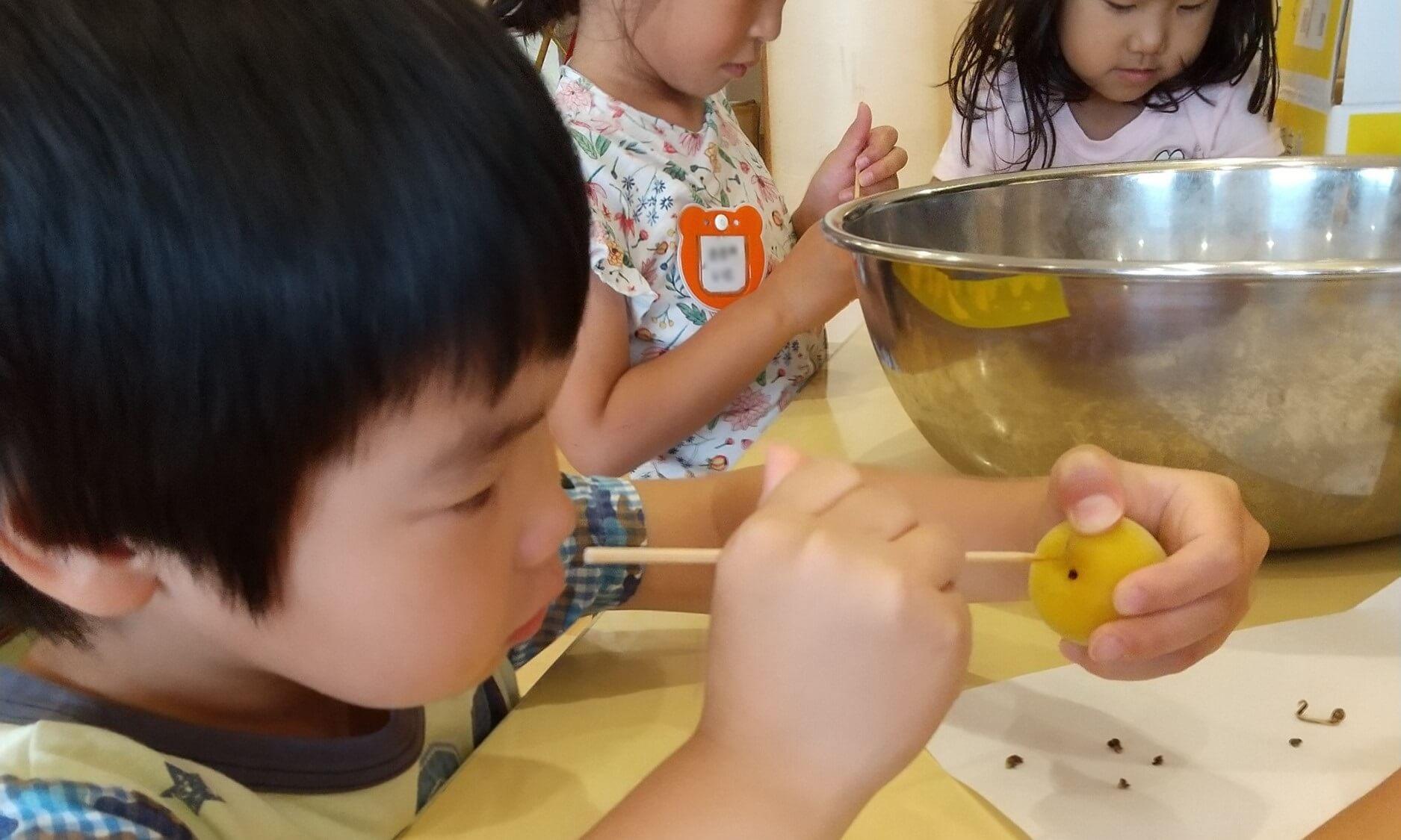 梅の実の感触を楽しむ子ども