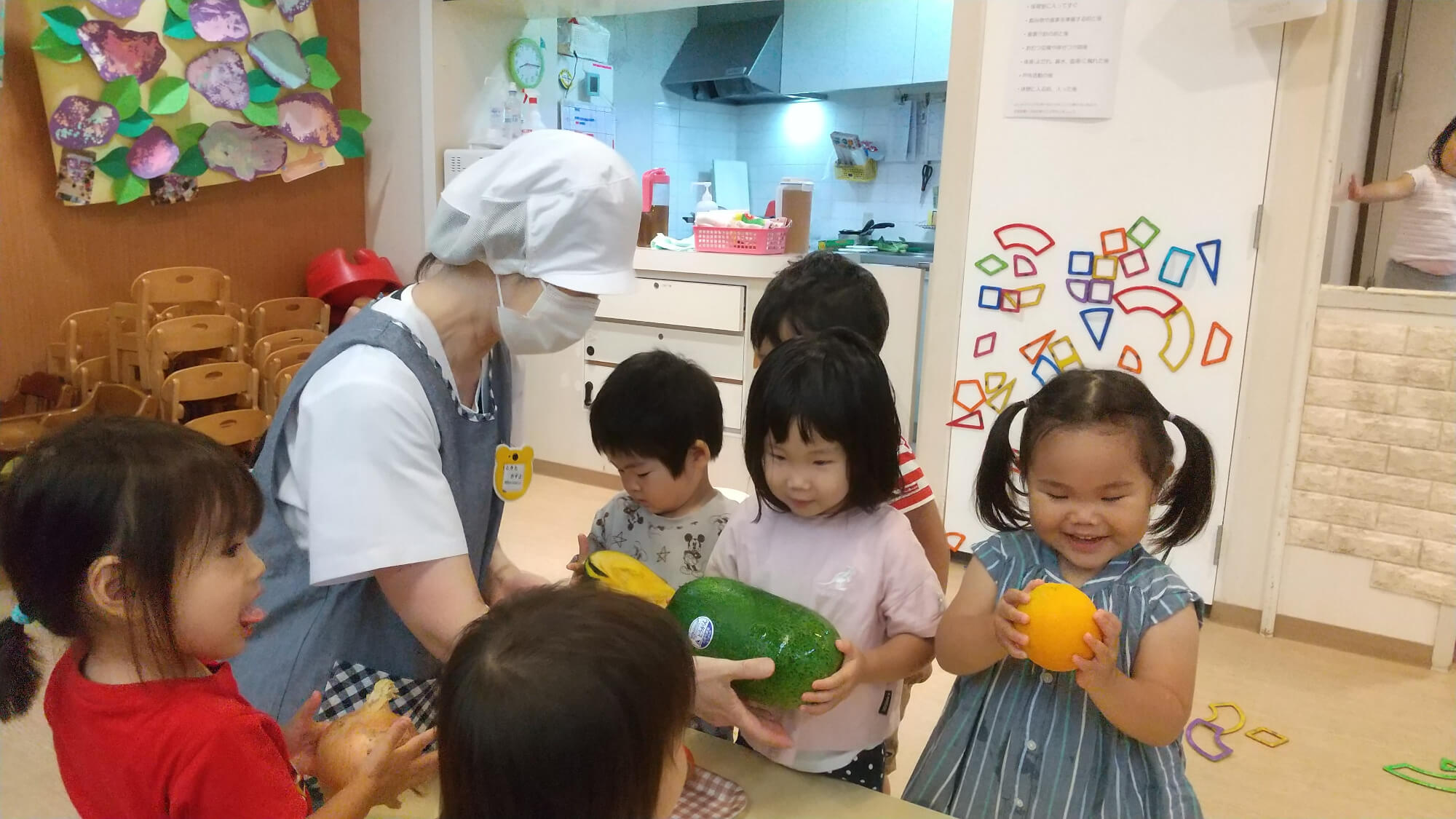 給食食材に触れる子どもたち