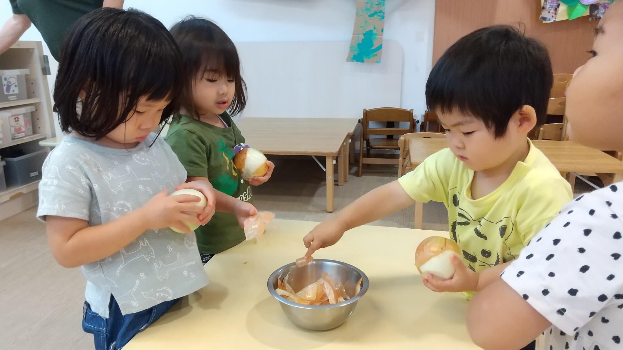 玉ねぎの皮をむく子どもたち