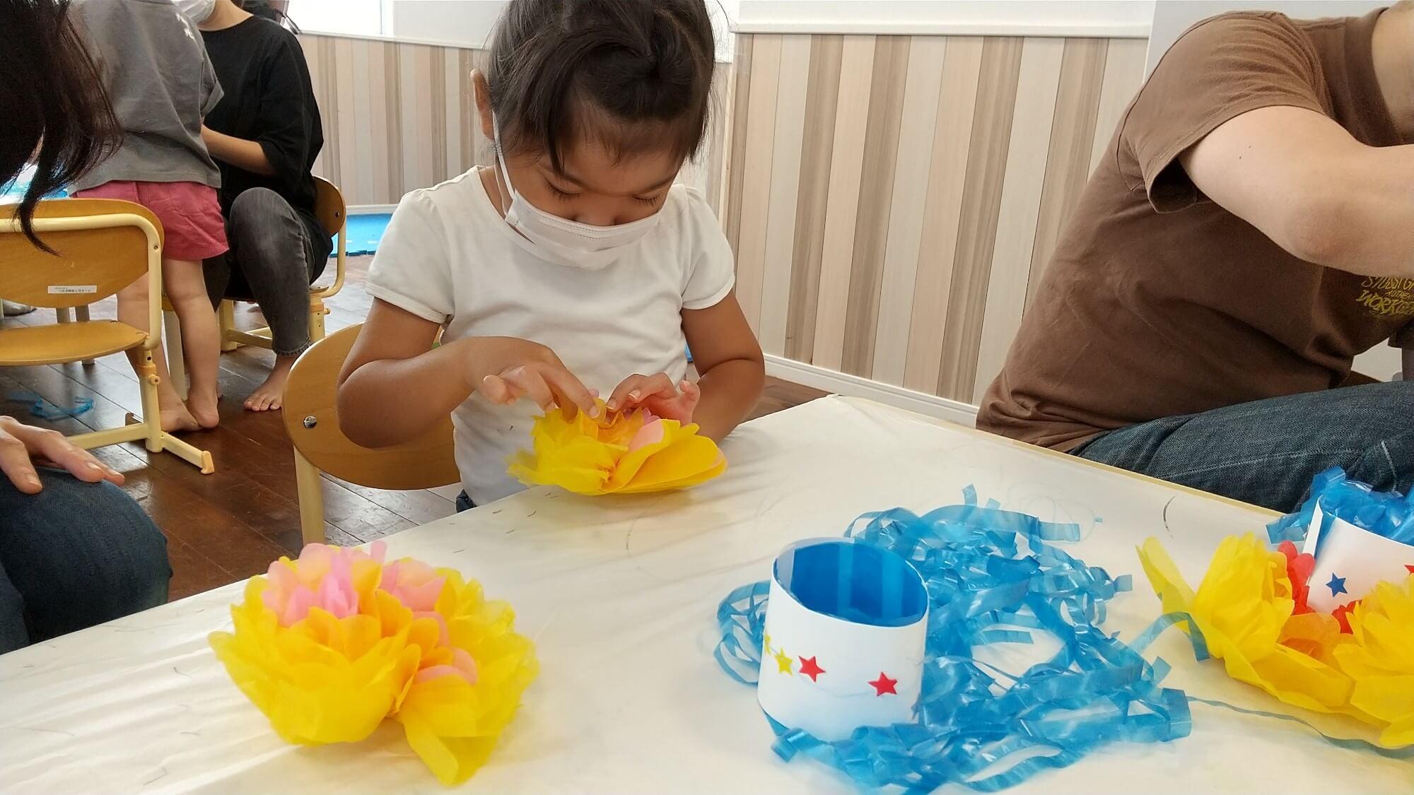 花紙で花を作る子ども