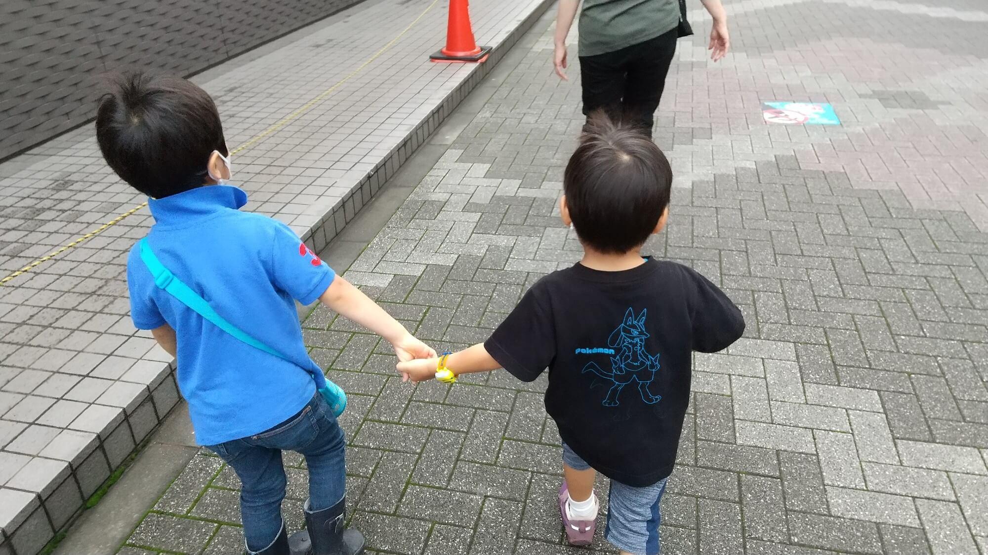 お寺に向かう子どもたち