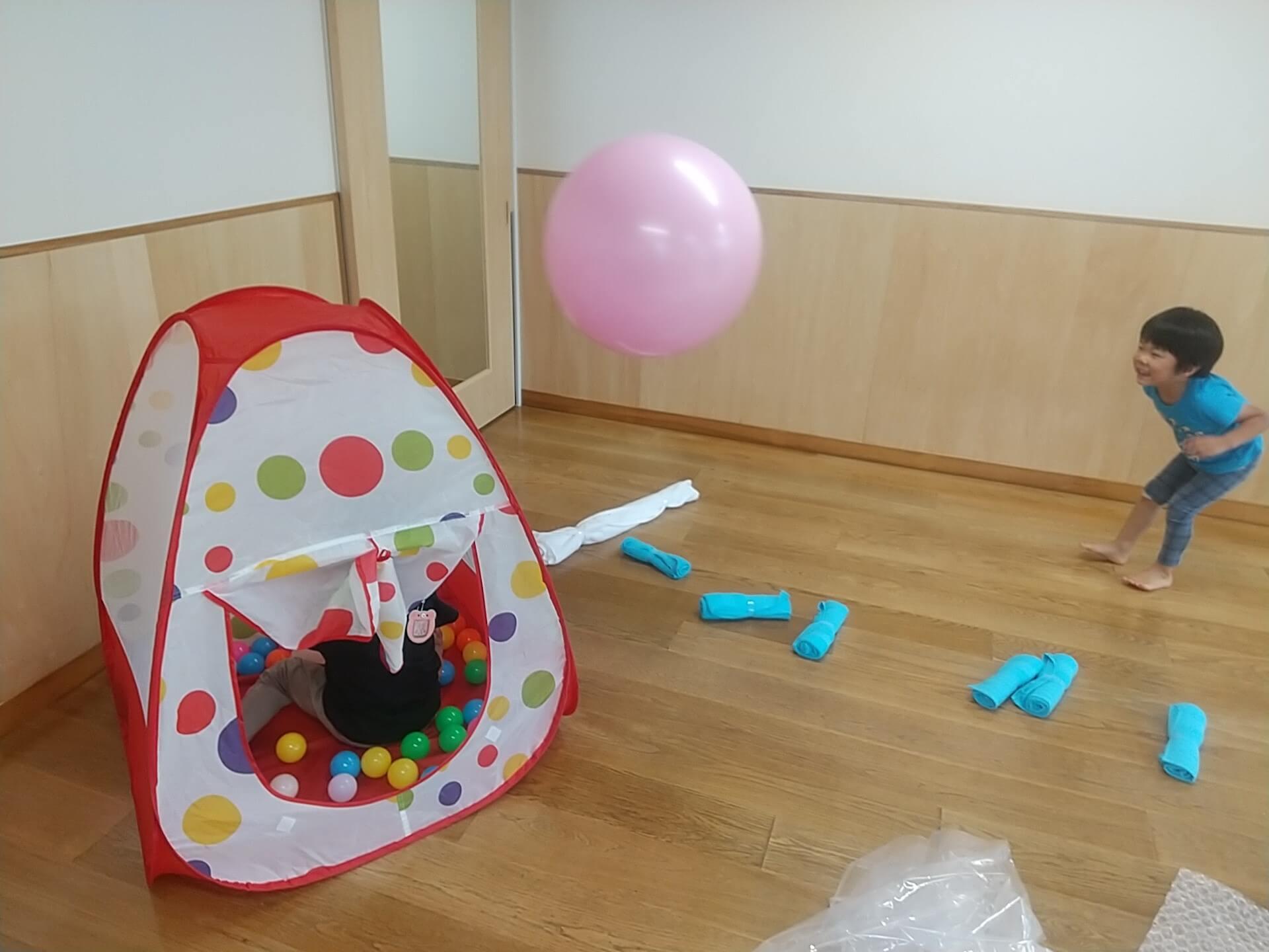 室内で遊ぶ子ども
