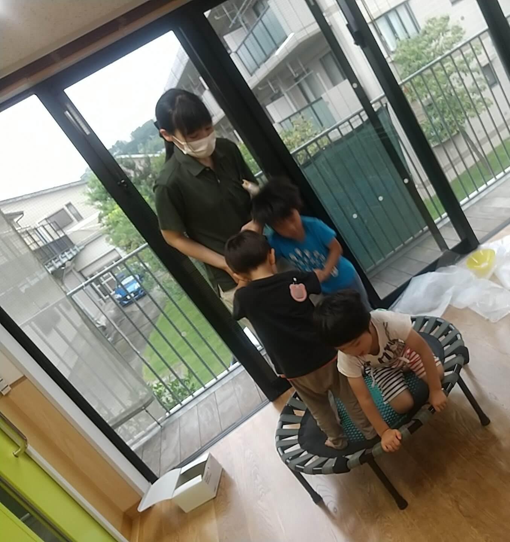 トランポリンで遊ぶ子ども