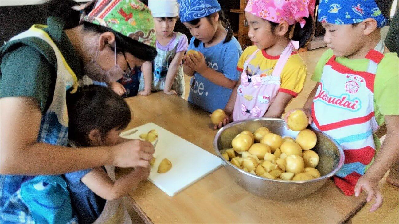 野菜を調理する子どもたち