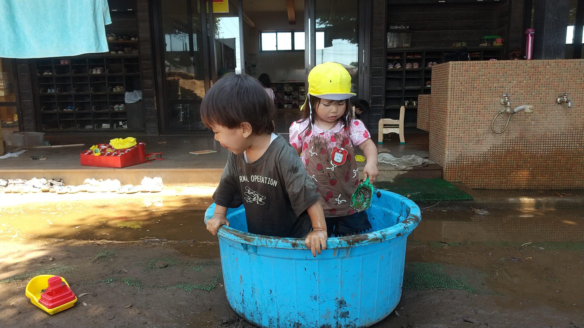 タライに入って遊ぶ子どもたち