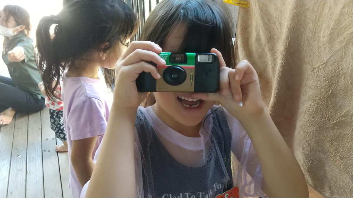 写真を撮る子ども