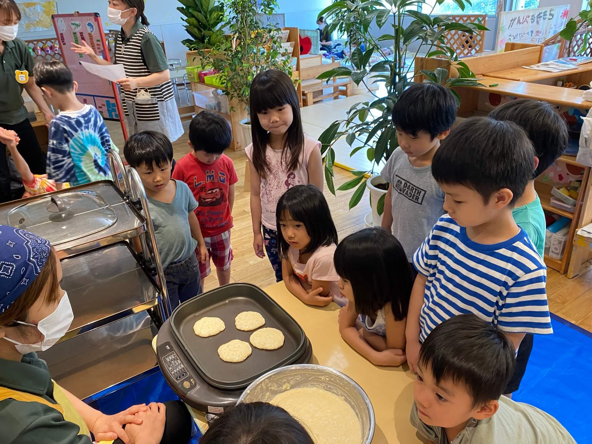 子どもたちの目の前で調理をする様子