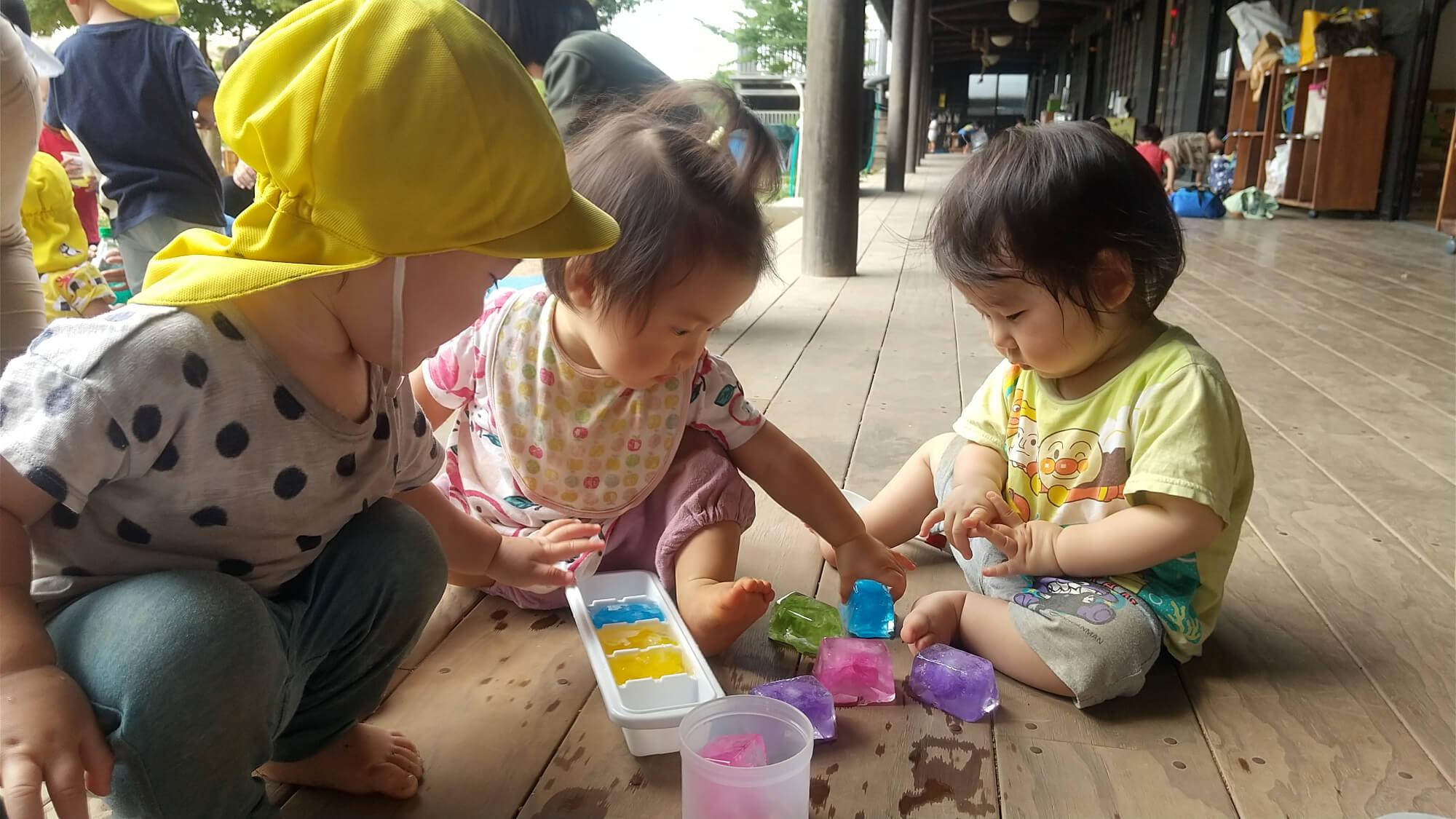色水を凍らせて遊ぶ子どもたち
