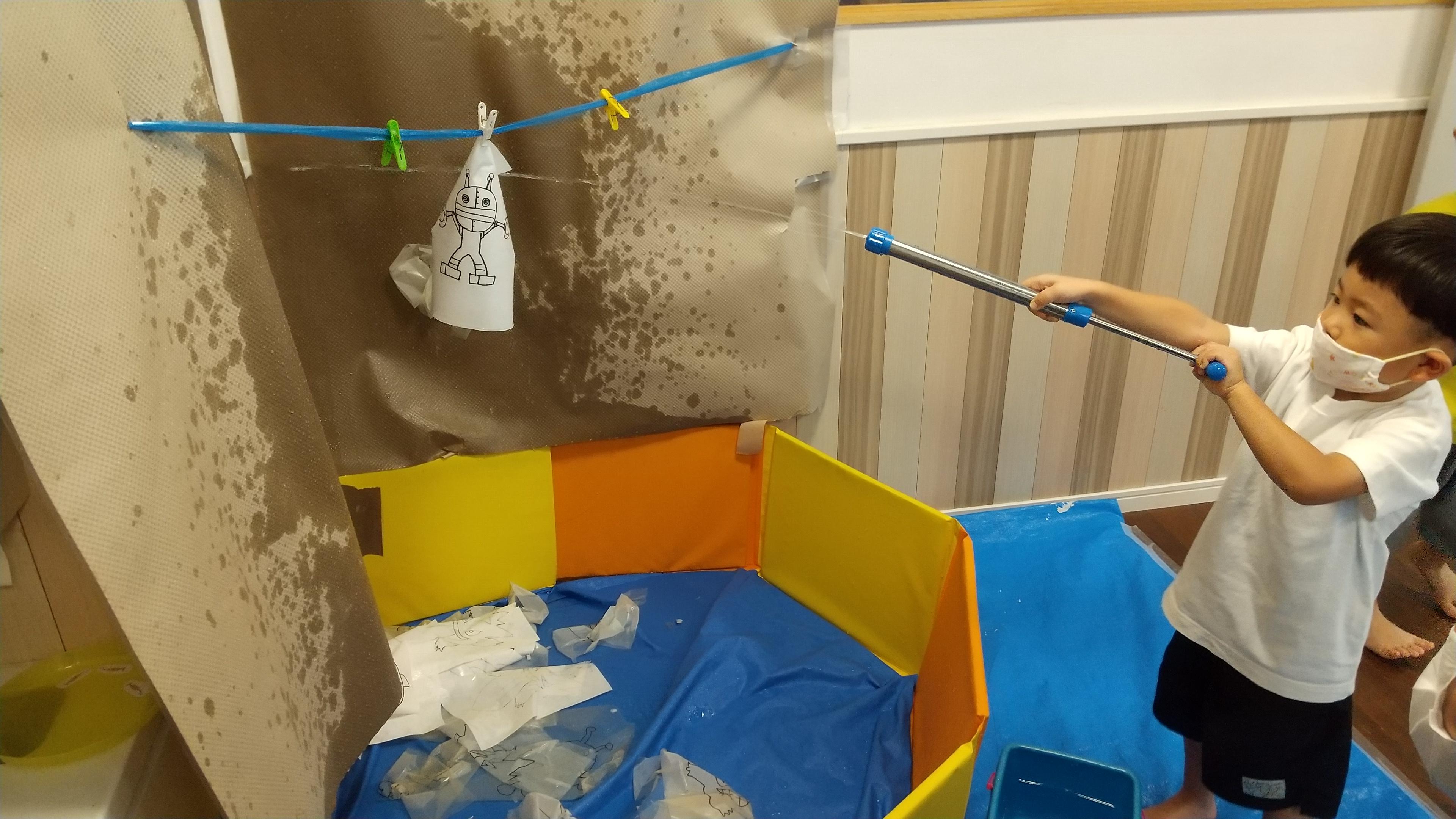 水鉄砲で遊ぶ子ども