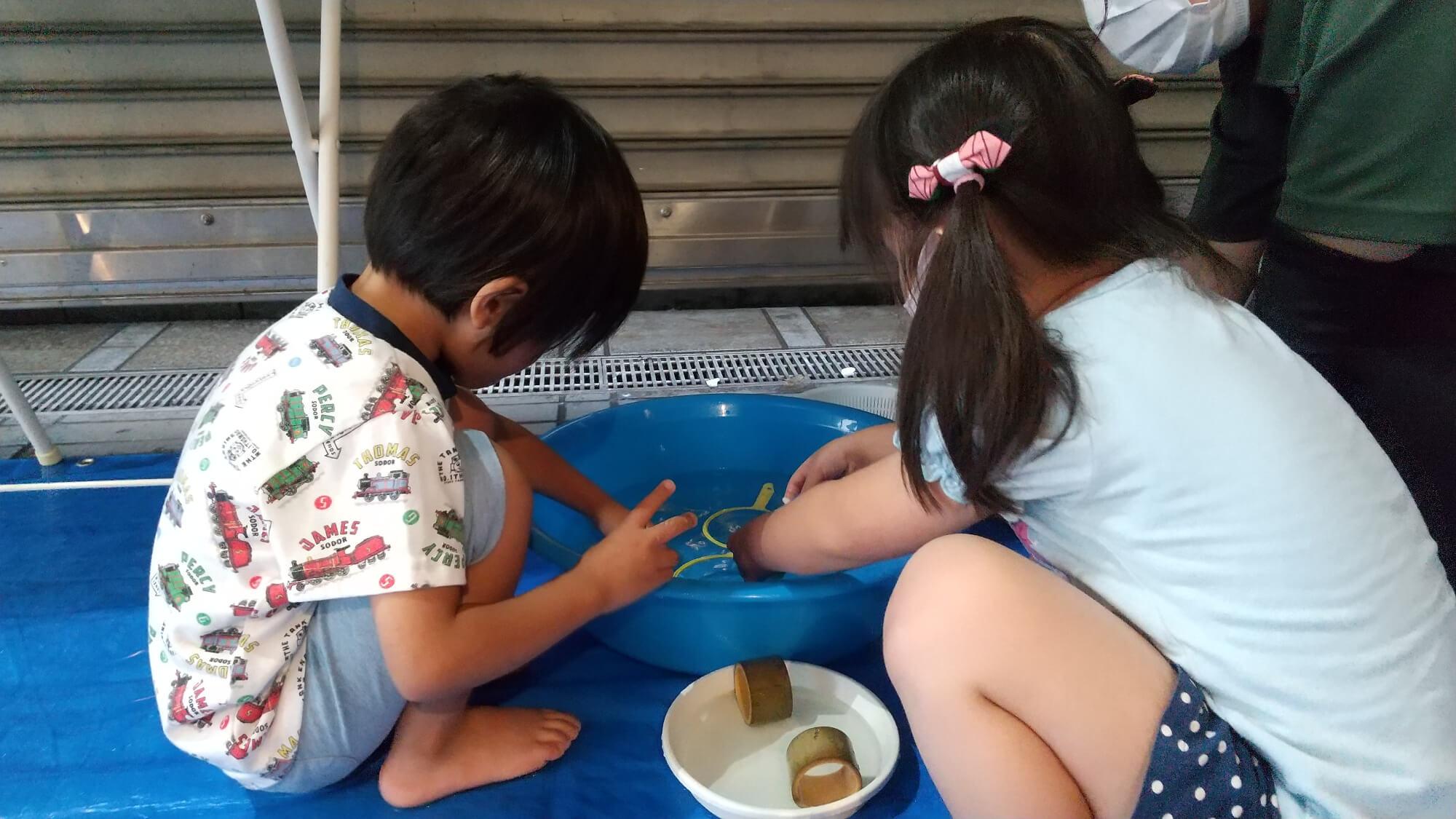 カメすくいコーナーで遊ぶ子どもたち