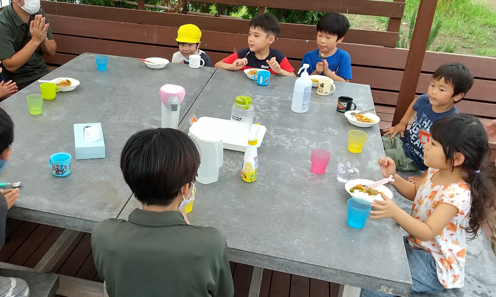 カレーを食べる子どもたち