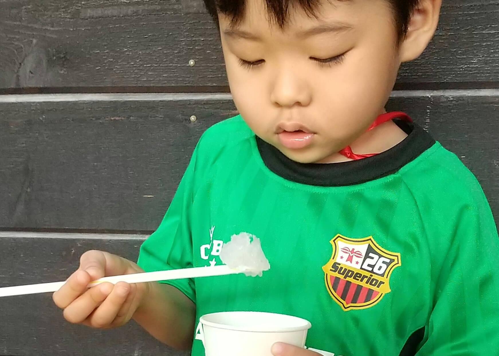かき氷を食べる子ども