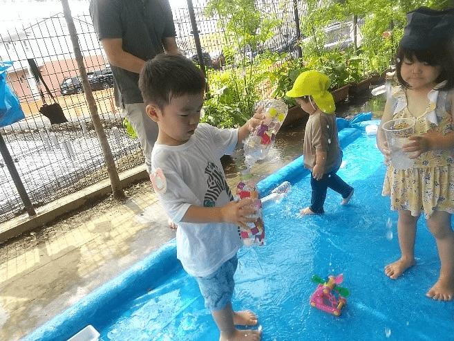 ペットボトルで水遊び