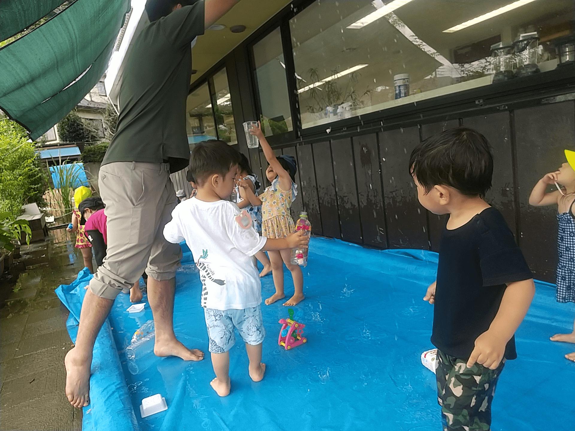水遊びする子どもたち