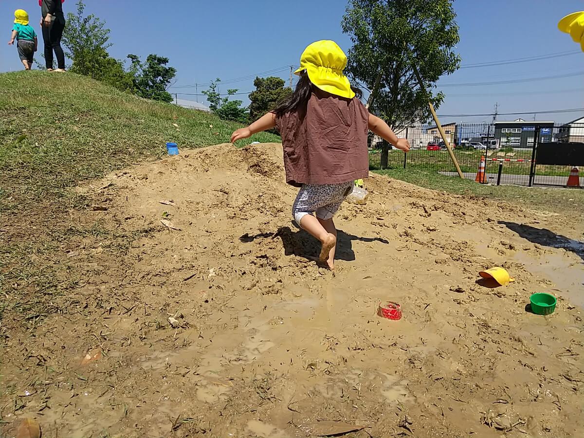 裸足で泥遊び