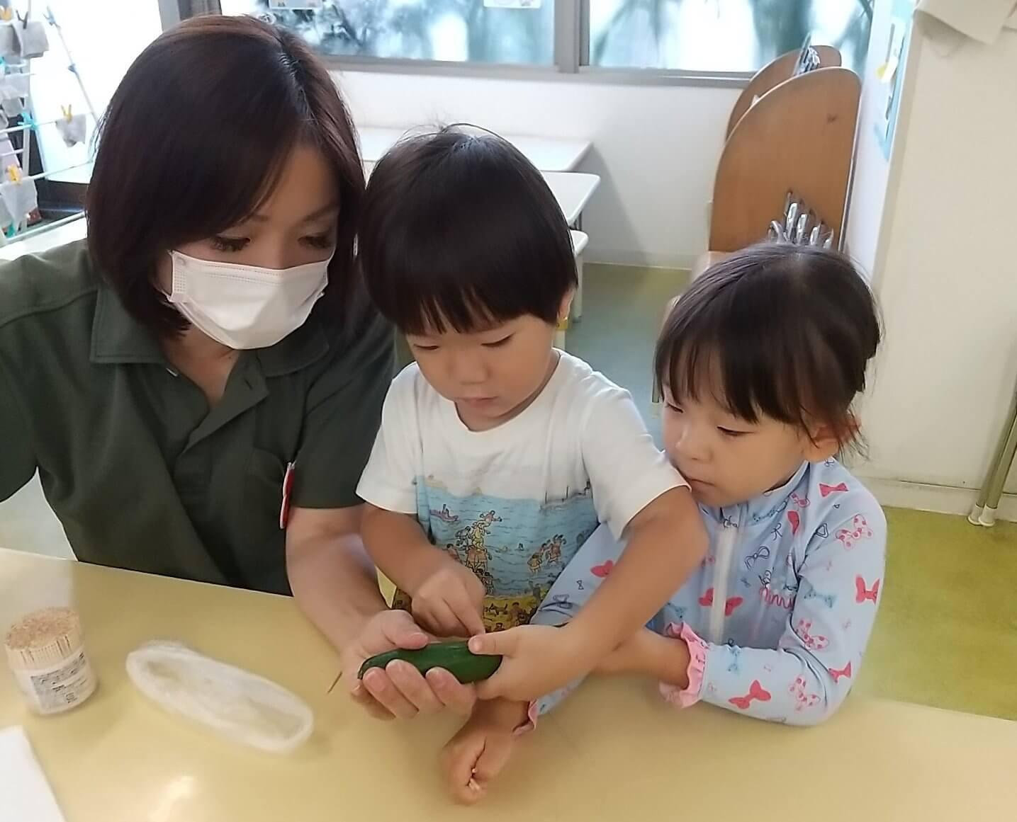 お供え物を作る子どもたち。左が松下施設長