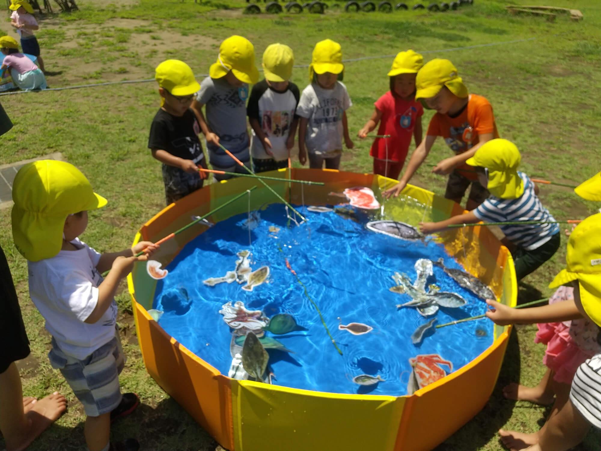 魚釣りコーナーで遊ぶ子どもたち