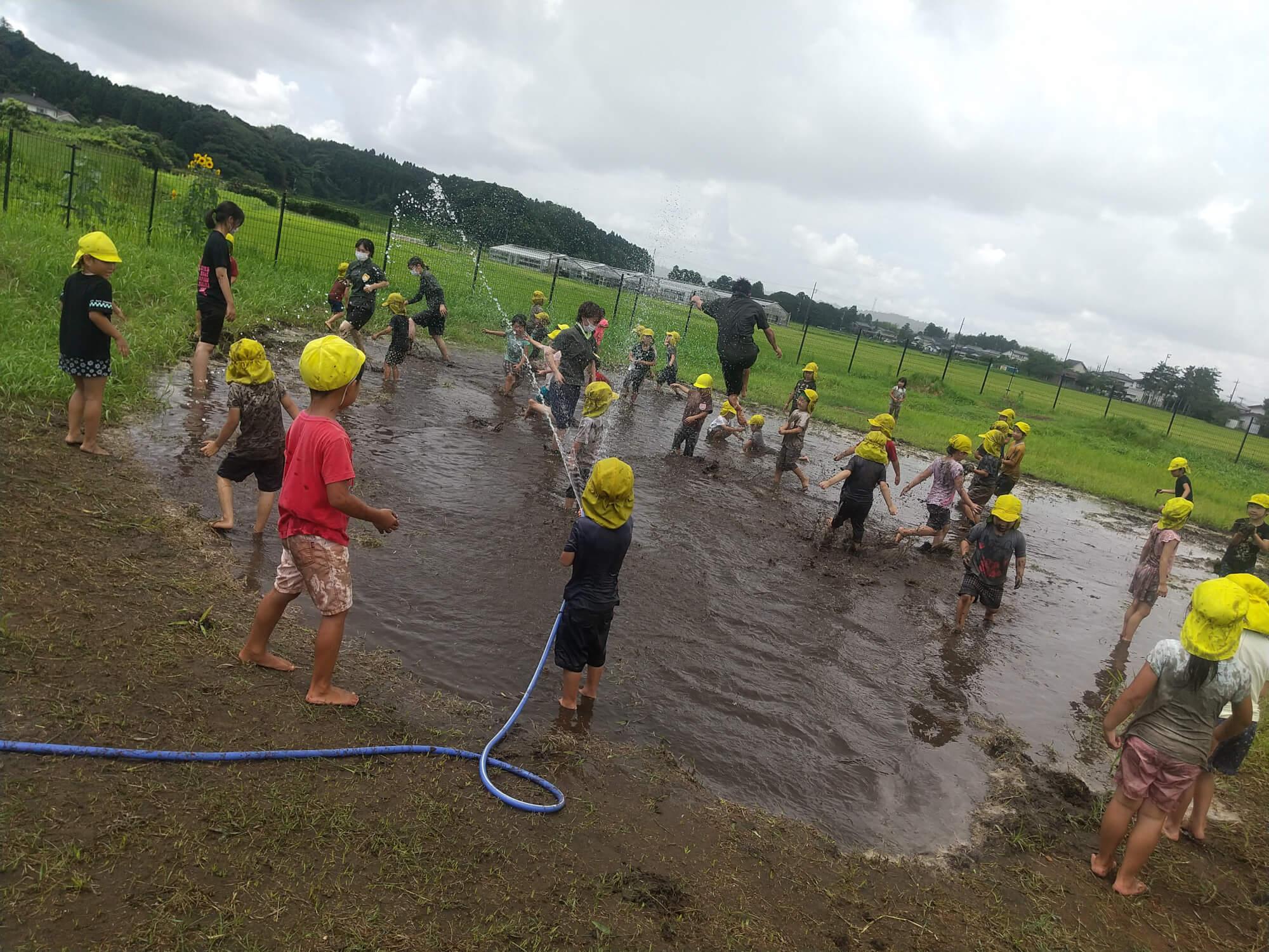 泥遊びをする子どもたち