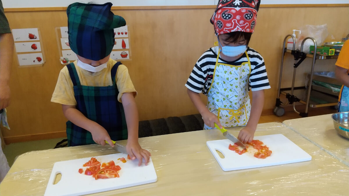 野菜を切る5歳児