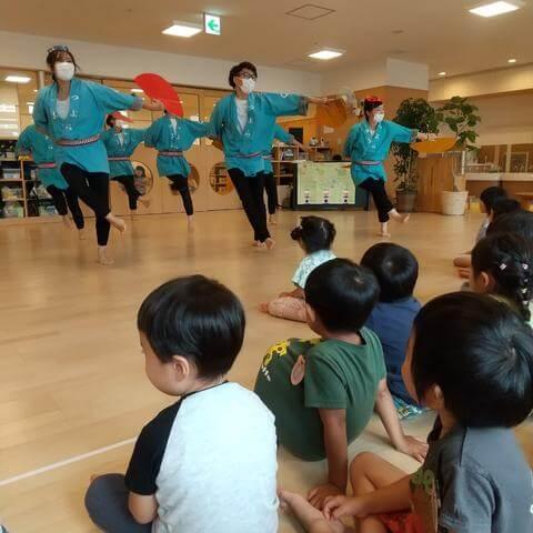 すずめ踊りを踊る保育者