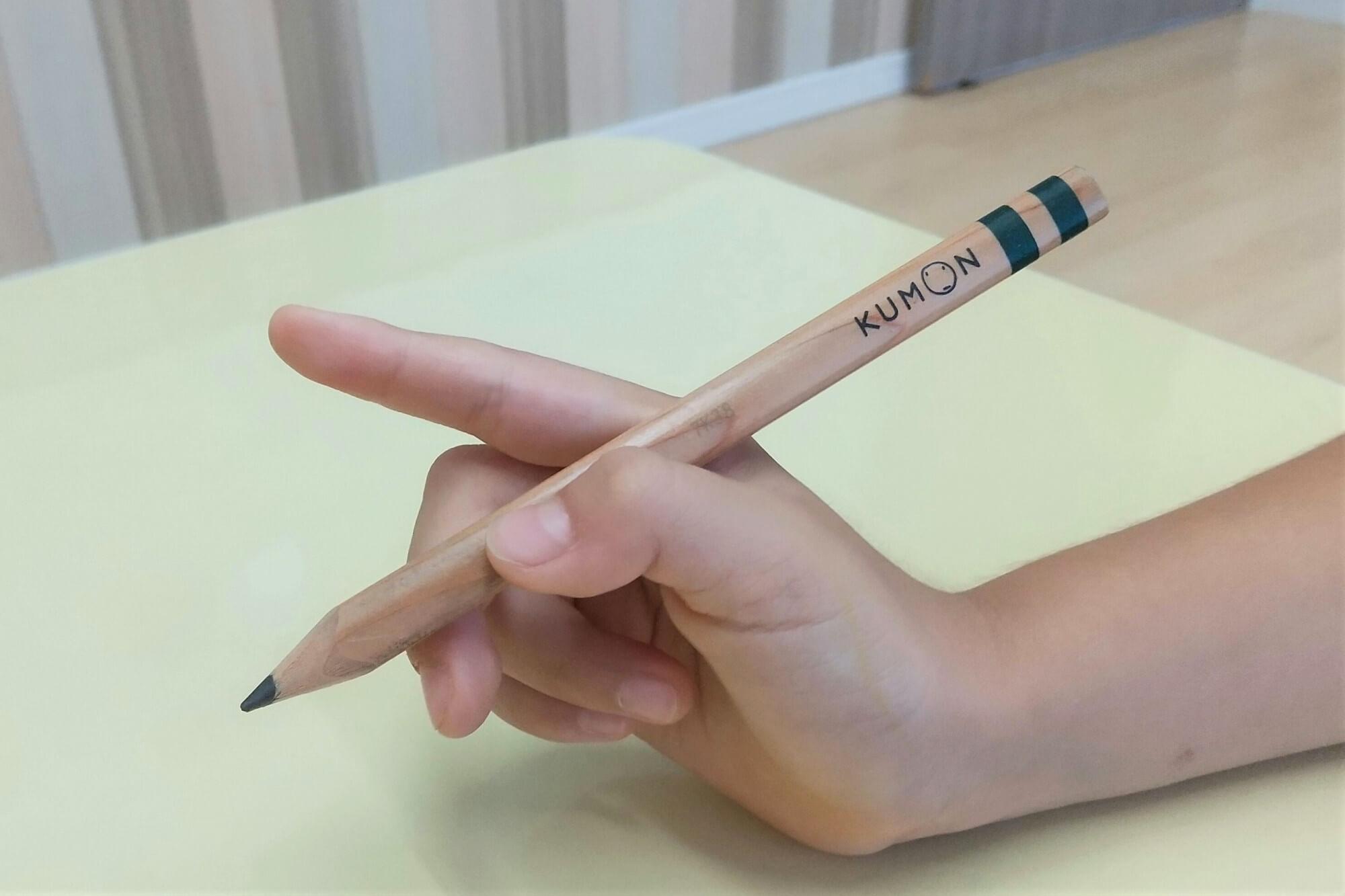 鉛筆の正しい持ち方を伝える様子