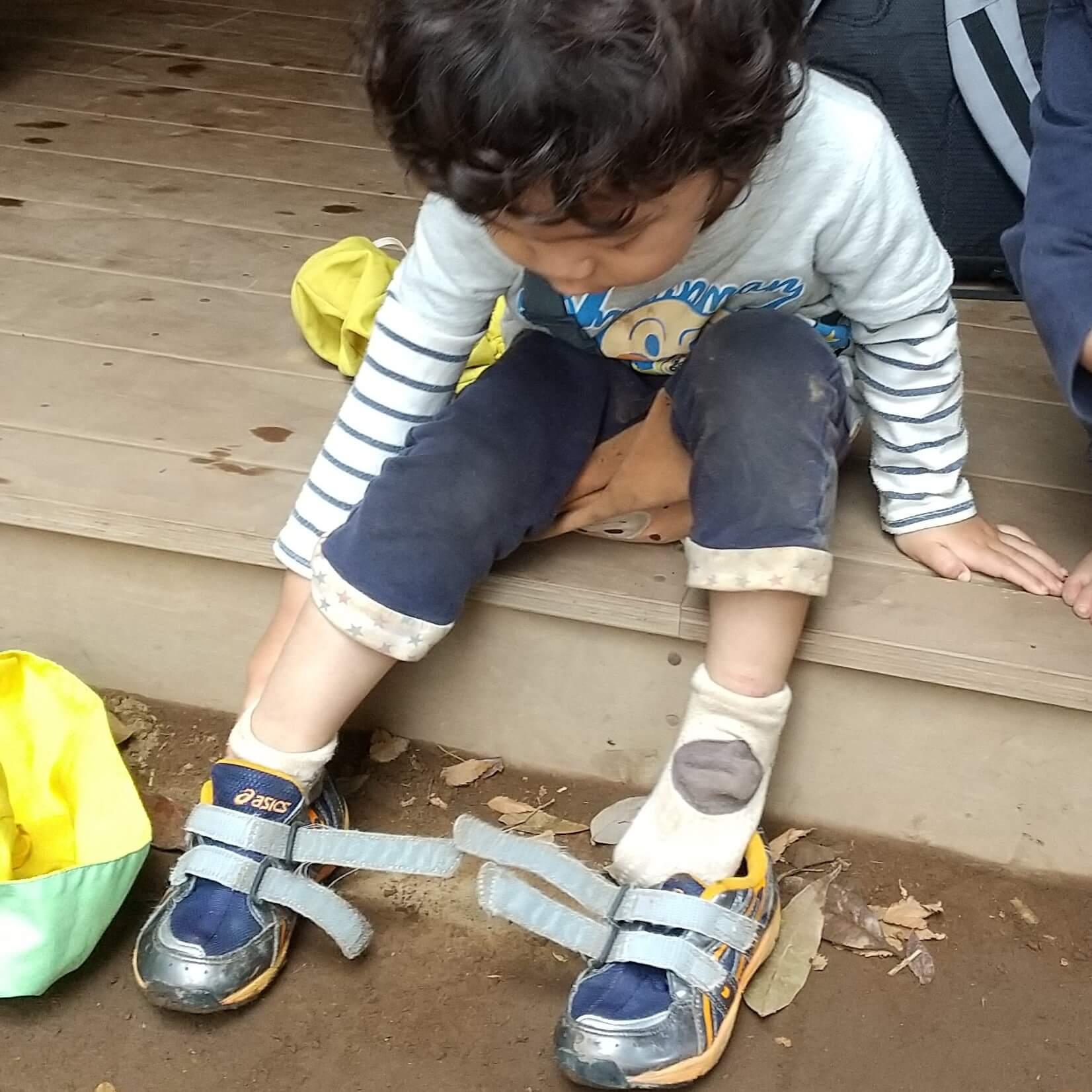 自ら靴を履く子ども