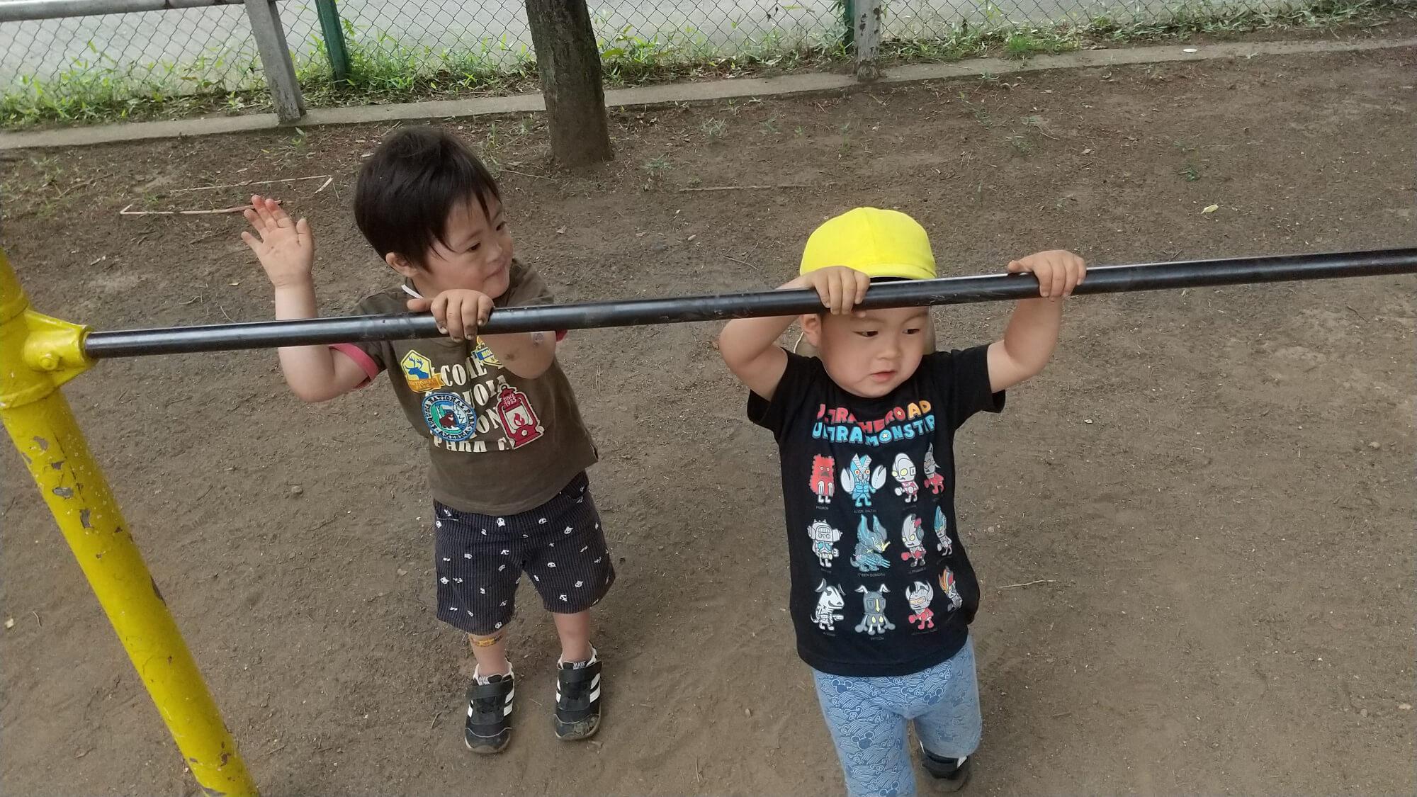 鉄棒で遊ぶ子どもたち