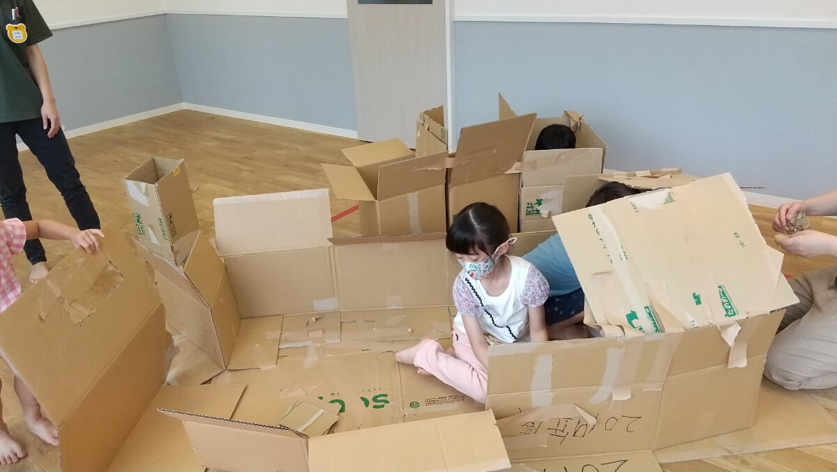 段ボールハウスを作る子どもたち