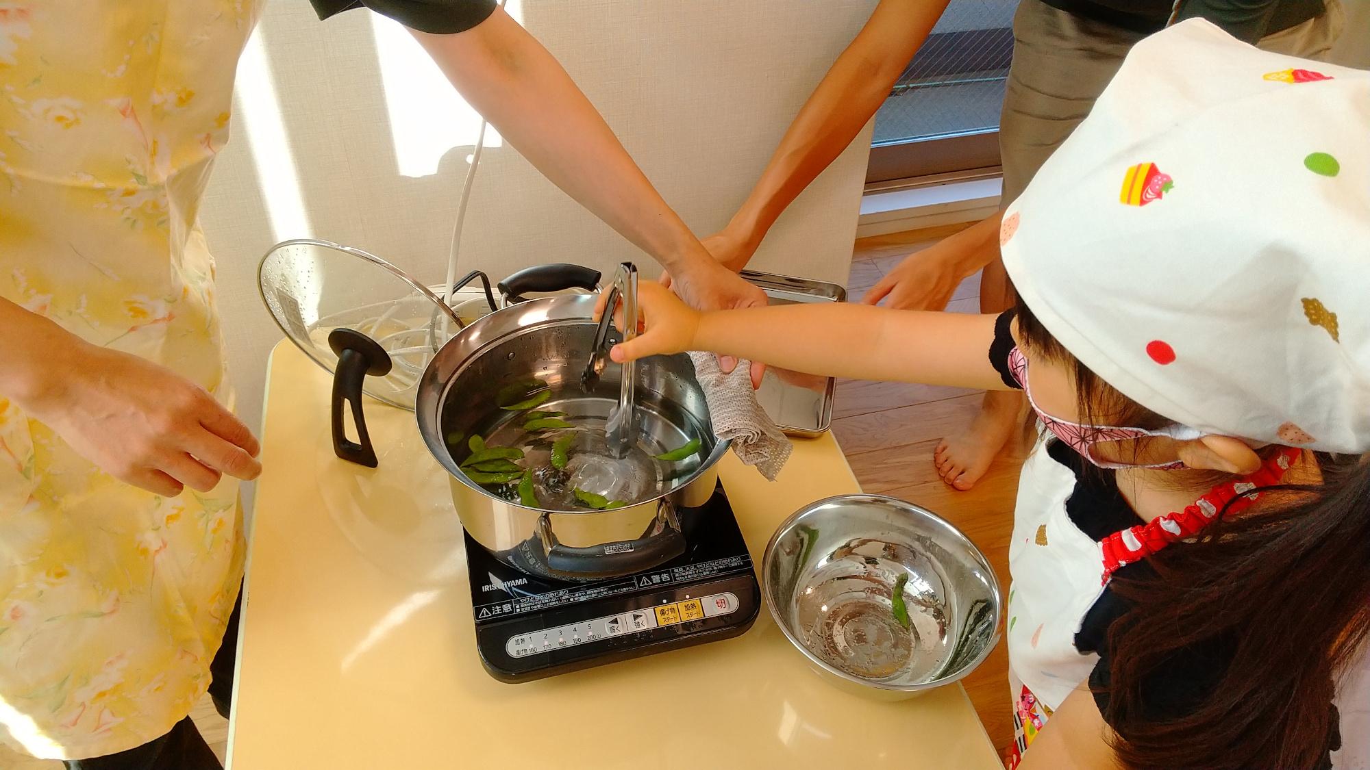 枝豆をゆでる子ども