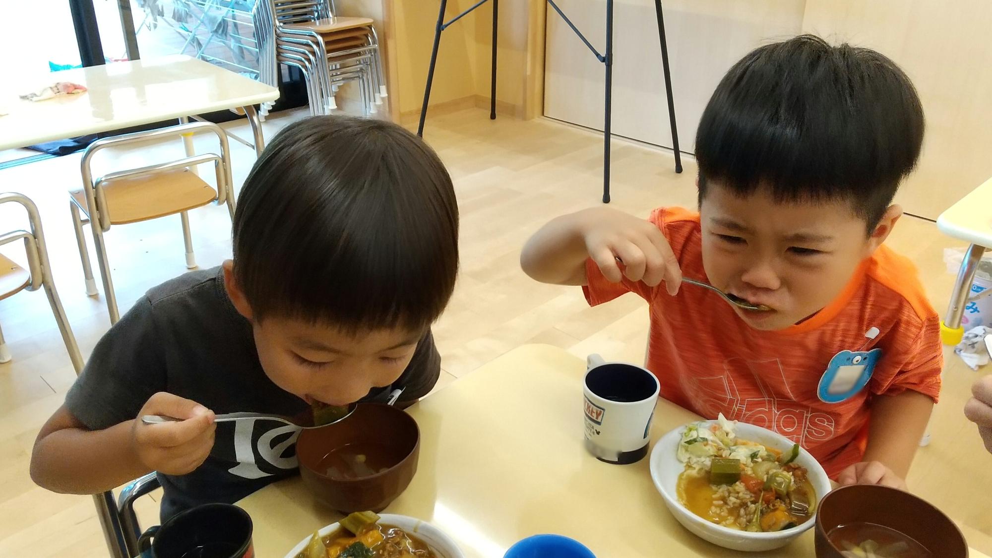できあがったカレーを食べる子どもたち