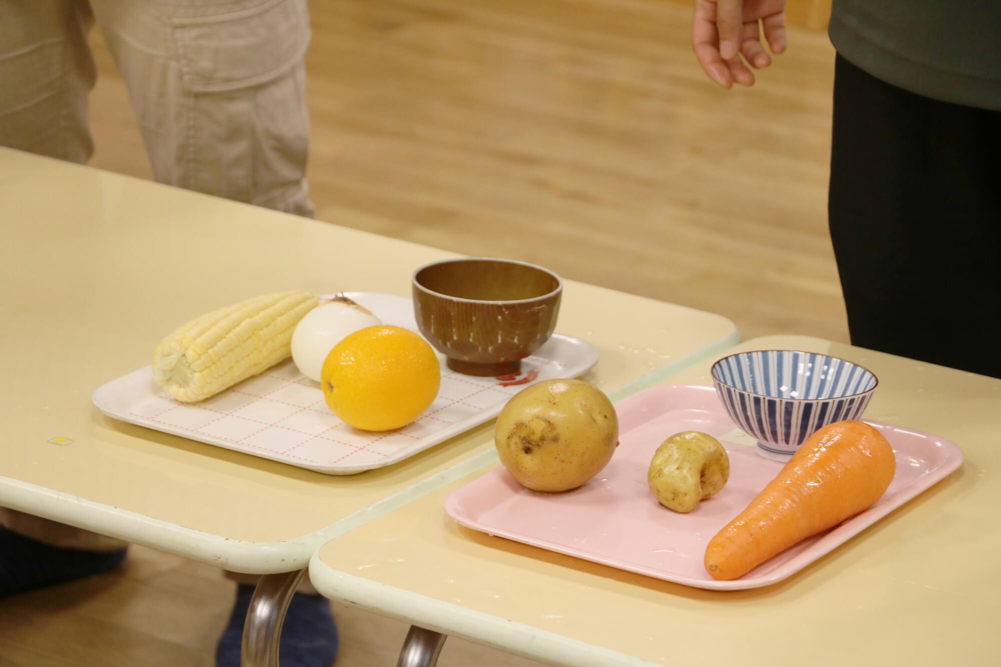 実験のために用意した野菜や食器