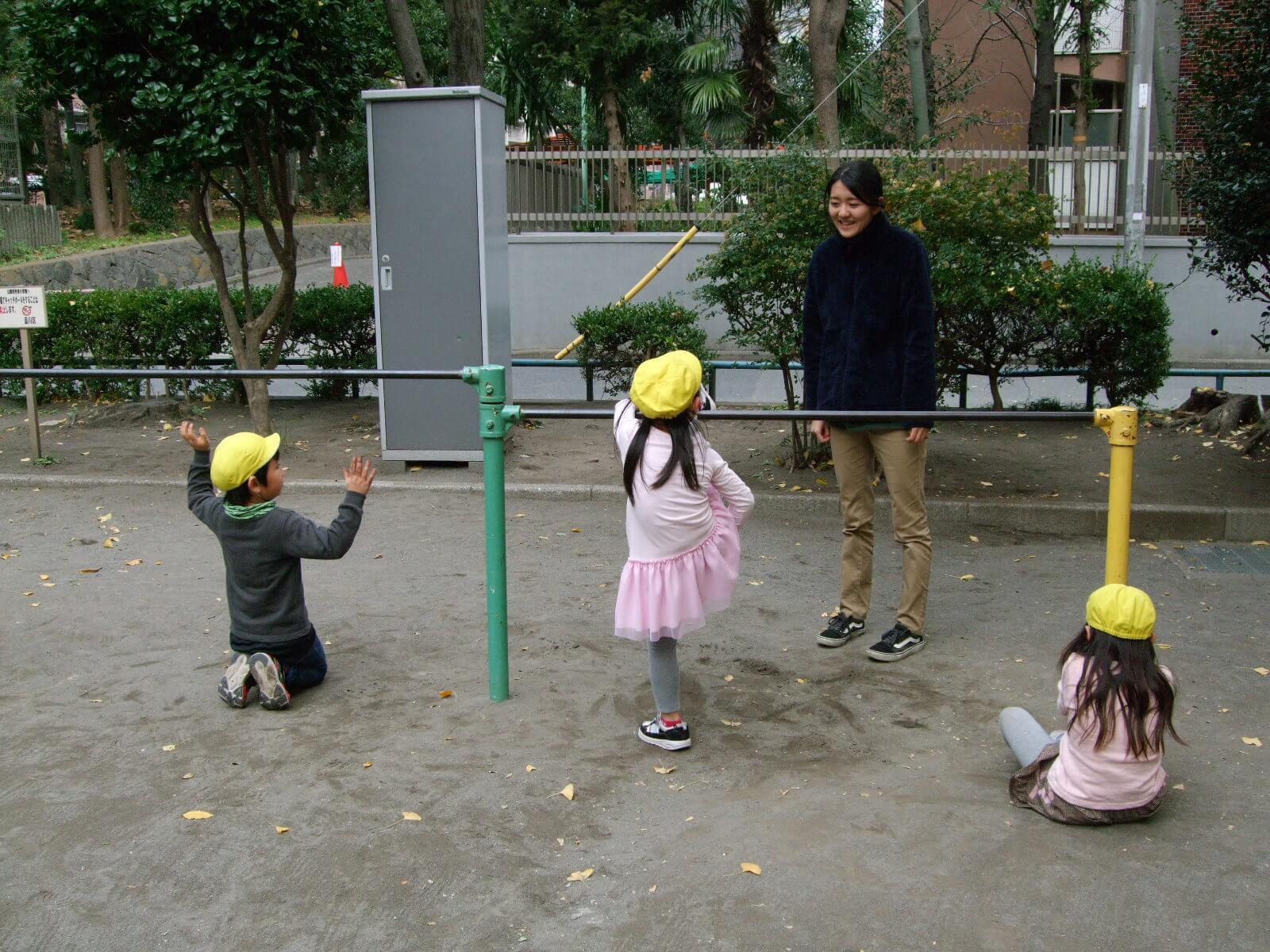 鉄棒する園児と橋本さん