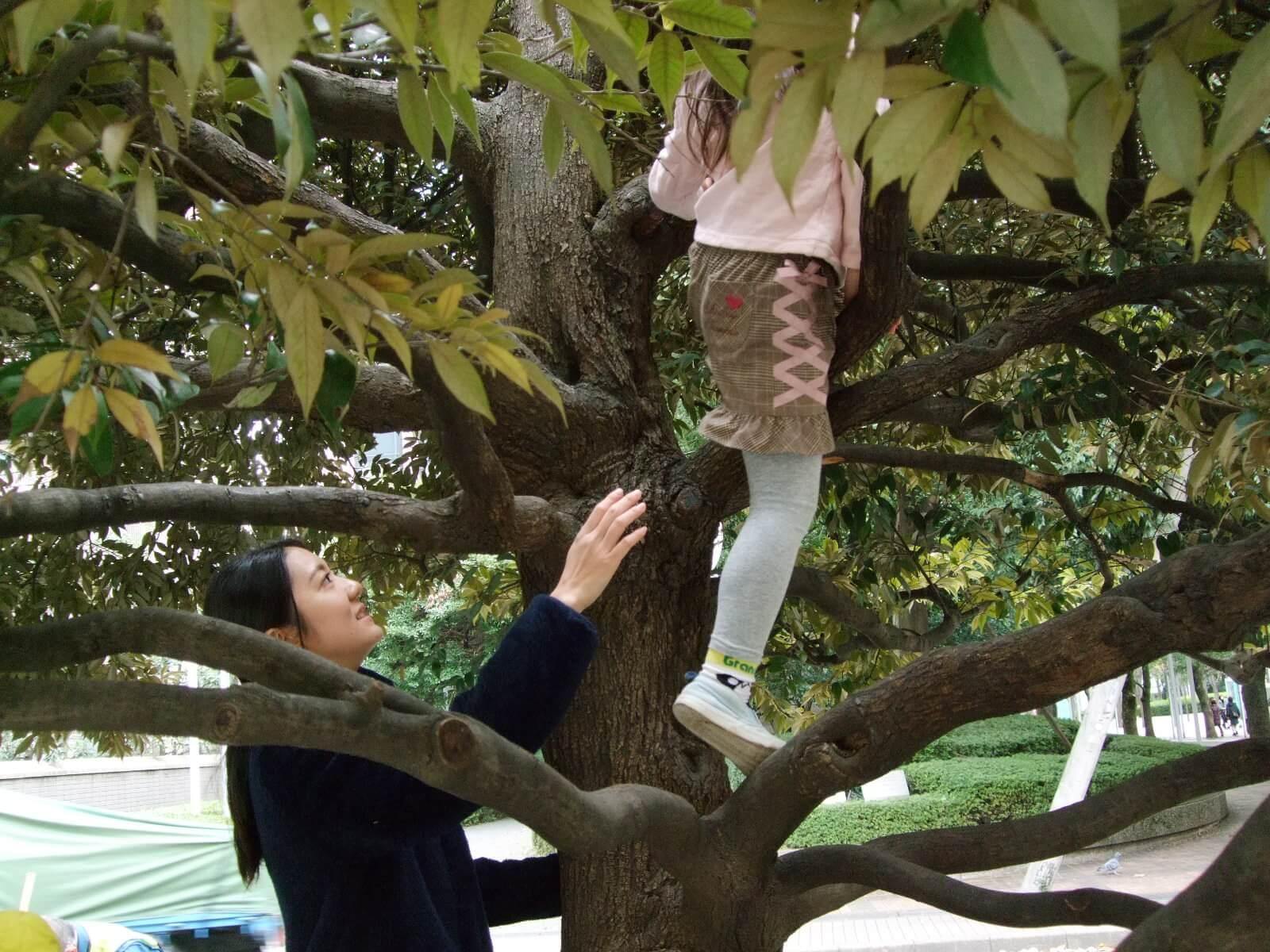 木登りをする園児を見守る橋本さん