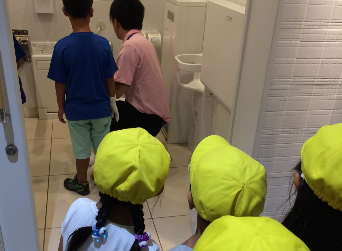 トイレ清掃を見学する子どもたち